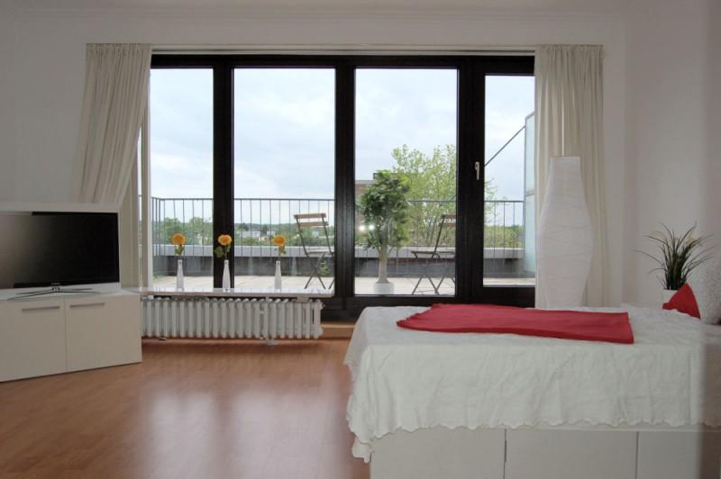 Blick zur Terrasse_1000x665 - Penthouse-Appartement, Dachterrasse, EBK und Schwimmbad im Haus.