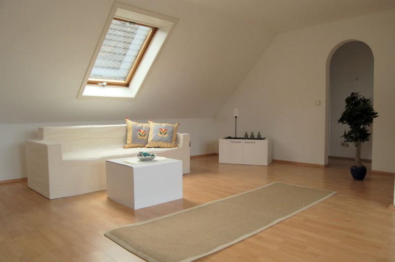 Blick ins WZ_1000x665 - Dachgeschosswohnung mit Flair, der perfekte Start für die junge Familie.