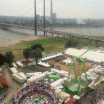 Blick auf die Kirmes und den Rhein