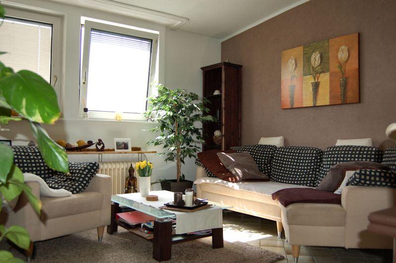 - Gemütliche Maisonette-Wohnung mit Balkon und Einbauküche.