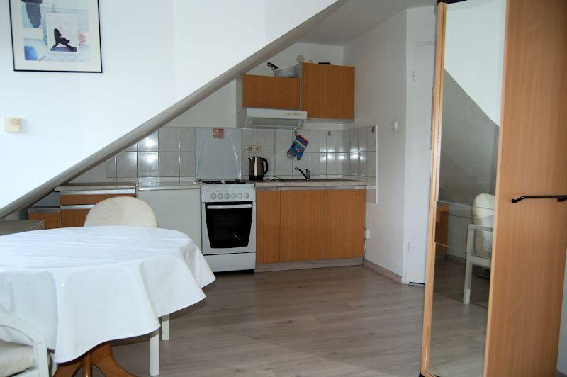 - Möbliertes kleines Appartement im Dachgeschoss.