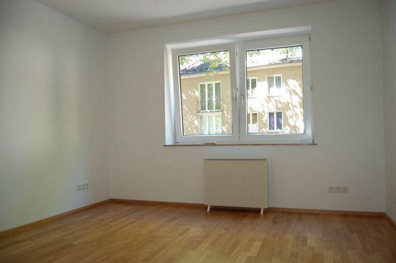 - Nähe Schlosspark Benrath, Wohnung mit Balkon und Kamin.