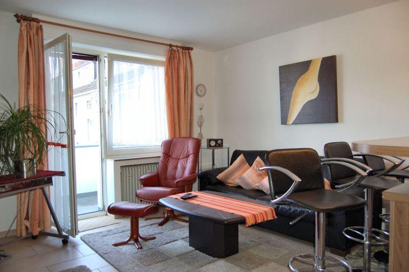- Gemütliche 2 Zimmer Wohnung mit Einbauküche und Balkon.
